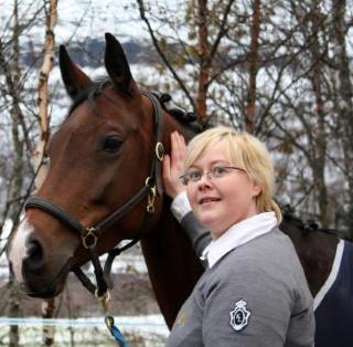 MATMOR: Silje Fagertun er god venn med Cupido. Her med en av de mer h�yryggede hestene hennes. Foto: Therese Elstad