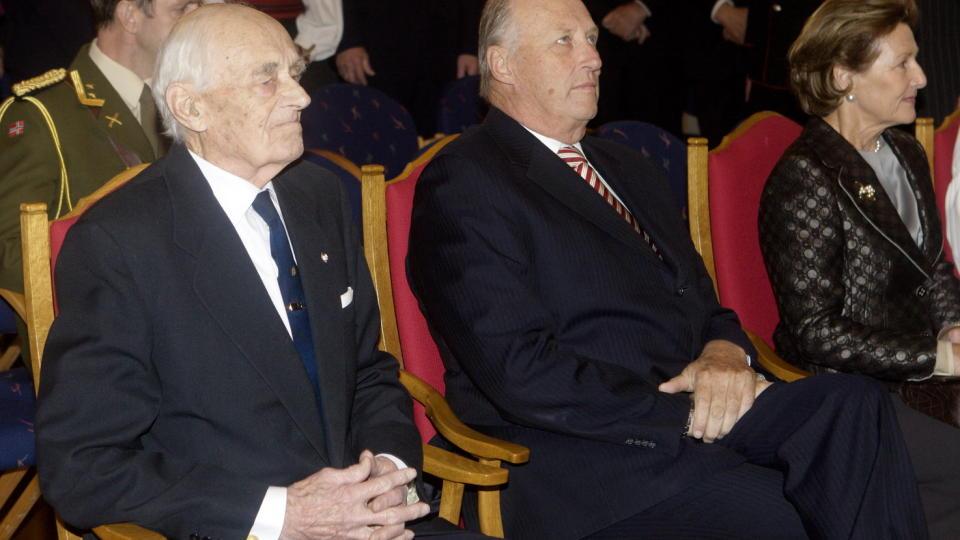 HEDRET AV KONGEN: Kongeparet kom i krigsveteranens Jens Anton Poulssons (t.v.) 90 års-dag. Poulsson gikk bort i dag. Foto: Morten Holm / SCANPIX