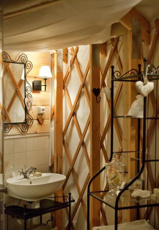 Delikat: Ingenting med dette badet tilsier at man bor i en slags telthytte. Foto: Mette M�ller.
