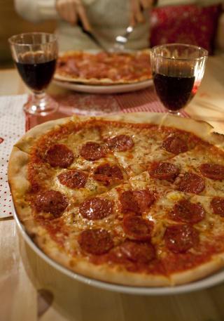 Namnam: Jeroens hjemmelagde pizza bakes i en tradisjonell steinovn med ingredienser fra Italia. Foto: Mette M�ller.