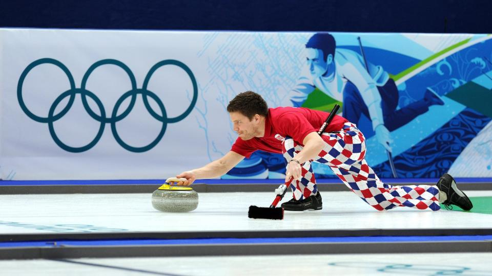 VEKKER OPPSIKT: De norske curlinggutta, her ved Thomas L�vold, skaper overskrifter i Canada med sine nye benkl�r. Foto: EPA