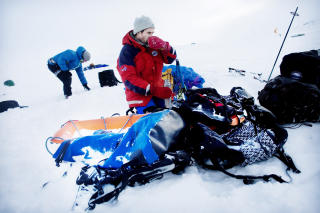 Trekke sjæl: Amundsen brukte 98 dager tur/retur polpunktet. Hundene tok mye av belastningen, og reduserte dermed energikravet til mennene som med høyere fart trengte færre dager i isødet. I dag er det forbudt med hunder på Sørpolen, og 2011-ekspedisjonen må dra maten og utstyret etter seg i pulk.