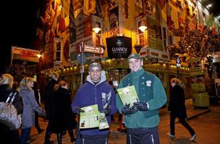 P� HJEMMEBANE: Harry Argoon (t.v.) og Emerson Ramos jobber p� pub-huset Oliver St. John Gogarty. Her anbefaler de bes�k i etablissementets andre etasje, der det b�de er levende musikk, restaurant og pub - i ett! -Dette er Dublin i et n�tteskall, p�st�r de.