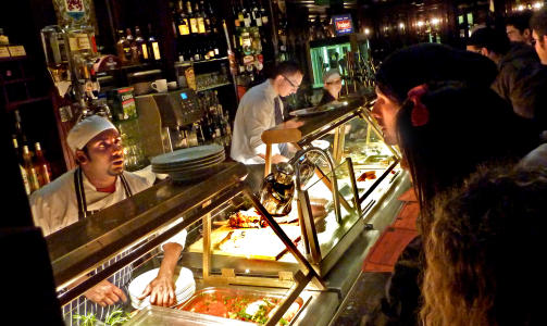 IRSK BUFET: P� O'Neills serveres typiske irske retter. Det er bare � peke p� det som ser best ut.  Foto: Eivind Pedersen