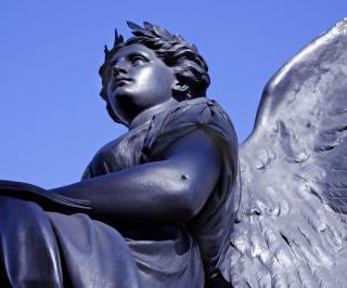 ENGLEHULL: Legg merke til hullet i albuen p� denne engelen i O'Connell-statuen. Det er et kulehull fra p�skeoppr�ret i 1916. Foto: Eivind Pedersen