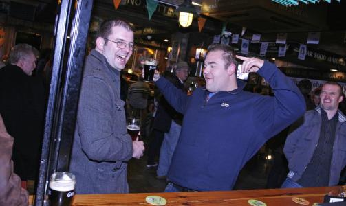 G�Y I IRLAND: Full fart p� irsk pub. Irene sier aldri nei til en pint Guinness. Foto: Eivind Pedersen