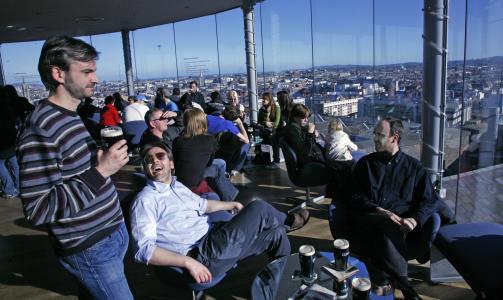 OVERSIKT: I baren p� toppen av Guinness-bygget kan du nyte b�de utsikten og en m�rk pint.  Foto: Eivind Pedersen