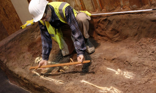 GAMMELNORSK: P� vikingsutstillingen kan du se rekonstruksjoner av gamle vikingsgraver som er funnet i Dublin.  Foto: Eivind Pedersen