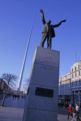 S�RPREGET: To av Dublins st�rrelser. Med fagforeningslederen Jim Larkin p� sokkel, hever Dublin-n�la seg 130 meter til v�rs.  Foto: Eivind Pedersen