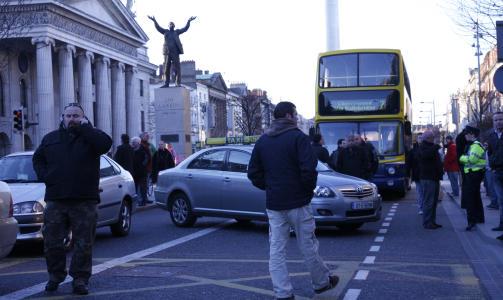 NY URO: Dublin er en by der det er lett � f� tak i taxi. N� er det s� mange taxier at sj�f�rene murrer og har aksjonert ved � stenge trafikken utenfor hovedpostkontoret (t.v.) der p�skeoppr�ret skjedde i 1916. Tilfeldig??  Foto: Eivind Pedersen