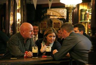 INTIMT: P� irsk pub finner du alltid noen � snakke med - gjerne bartenderen. Foto: Eivind Pedersen