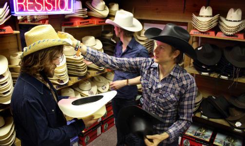 PASSER DENNE? �ystein Greni (35) p� hattejakt i Austin, Texas. Nikolai H�ngsle Eilertsen (31) er litt skeptisk, mens Olaf Olsen (33) leiter videre  Foto: �YVIND R�NNING