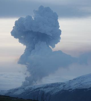 DAMPSKY: Dampskyen sto h�yt i morgentimene p� Island. Foto: M�r Gudnason