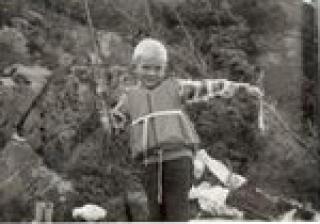 Glad gutt: Harald med sin første fisk noensinne. Tatt med en gammel fluestang.