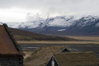 SYNLIG: Flere Dagbladet har snakket med p� Island har kunnet se vulkanutbruddet med sine egne �yne. Foot: AFP PHOTO/HALLDOR KOLBEINS/SCANPIX