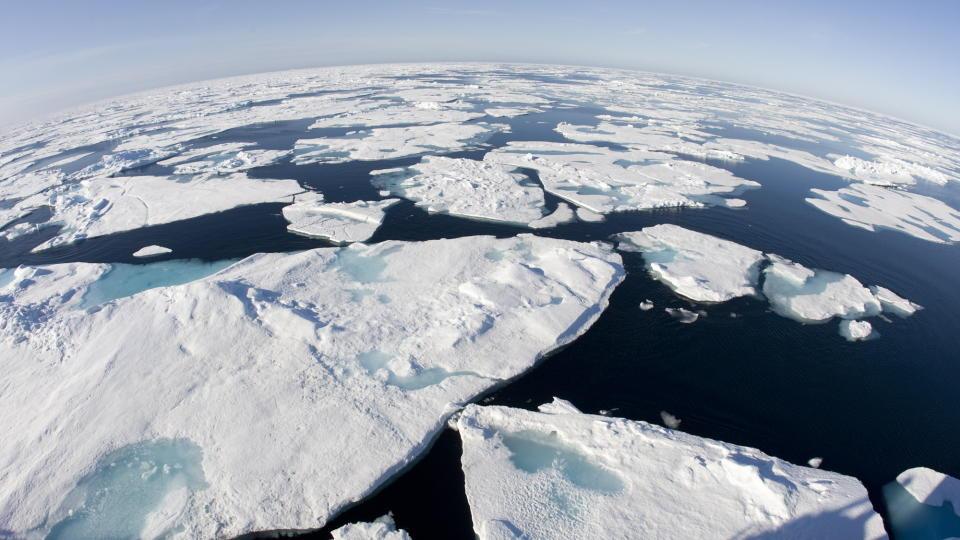 KOMMERSIELL TRAFIKK OG OLJE: De fem polhavstatene USA, Canada, Norge, Danmark, og Russland h�per p� � tjene mange milliarder p� olje- og gassressurser og skipstrafikk over Arktis.  Foto: Jonathan Hayward/AP
