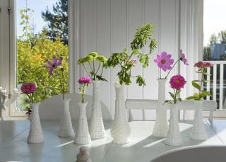 SOMMER P� BORDET: Let etter sm� vaser p� loppemarked - og sett dem sammen i en gruppe. Foto:Siri M�ller