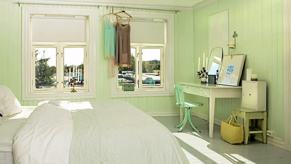 S�RPREG: Et gammelt skrivebord og speil - og en velbrukt, gammel krakk, gir rommet sjel. Kombinerer du nytt og brukt p� riktig m�te unng�r du et hjem som oser av loppemarked.  Foto:Siri M�ller
