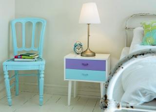 FRISKT: Et gammelt nattbord er frisket opp med nye farger. Det samme er stolen.  Foto: Siri M�ller