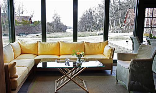 LYST; Gule sofa mot Harrodsgr�nne vinduskarmer i baren.