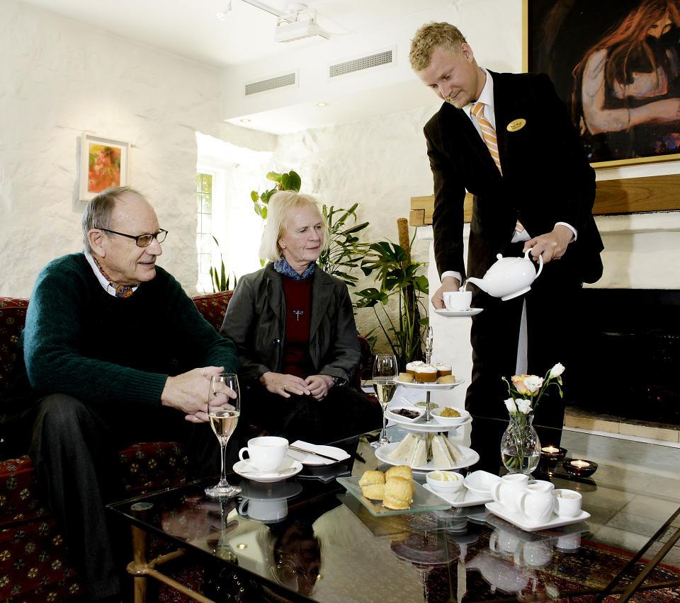 TETID Harald Andersen og Nina Felling i Afternoon Tea stemning.Kim Wiuff, daglig leder, tar et tak der det trengs, som � servere te. Alle Foto: Ole C.H. Thomassen