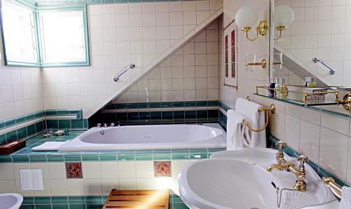 BAD: Rommet Madeleine har separat WC og baderom med dusj, bide og badekar.
