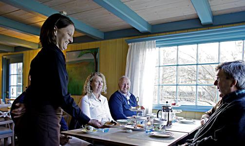 PANNEKAKER: Nicole Fritschi (fra Sveits) serverer nystekt til Gustav Foss, mens Ann-Cathrin Stridal og Hans Hermod Hansen er mette i bakgrunnen.