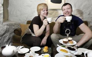 TRADISJON: Bente Alvestad og �ystein Str�m under seg minst en Egn�-tur i �ret og nyter afternoon tea.De prioriterer et opphold med stil og kvalitet en helg framfor en uke et middelm�dig sted til samme pris.Han fridde under oppholdet, og hun sa: JA!