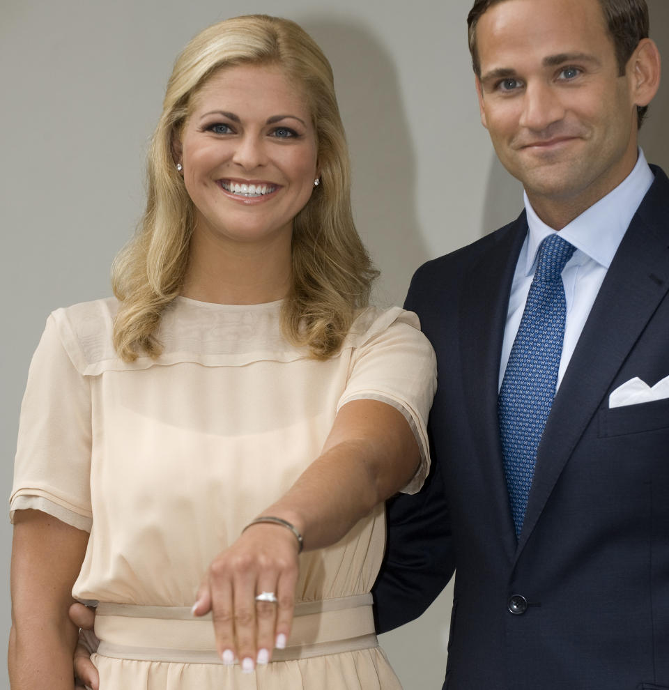 LYKKELIGERE TIDER: Prinsesse Madeleine og juristen Jonas Bergstrm offentliggjorde sin forlovelse p land 11. august 2009. N er det slutt.