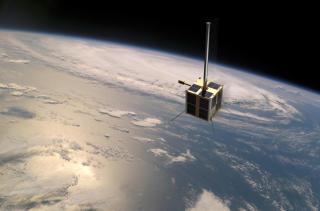 STOR SUKKERBIT: Den norske satellitten er formet som en 20x20x20 centimeter stor kube, og veier beskjedne seks kilo. Levetida er ansl�tt til minst tre �r. Foto: FFI/NASA/Norsk Romsenter/Nyhetsgrafikk.no