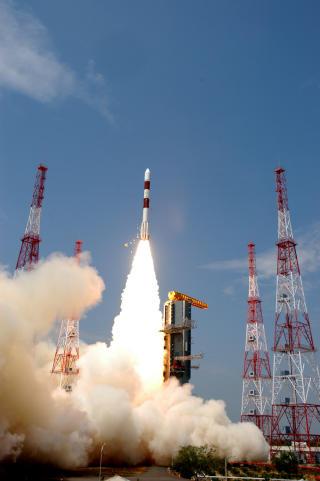 OPP I POLARBANE: Den norske nanosatellitten skytes opp fra India med en PSLV-rakett. Foto: ISRO