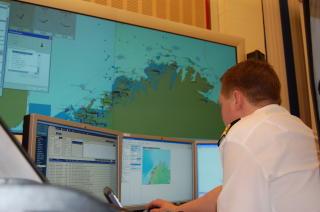 KARTLEGGER: Dataene vil blant annet brukes for � unng� skipskollisjoner og koordinere redningsarbeid. Dette er Vard� trafikksentral. Foto: KYSTVERKET