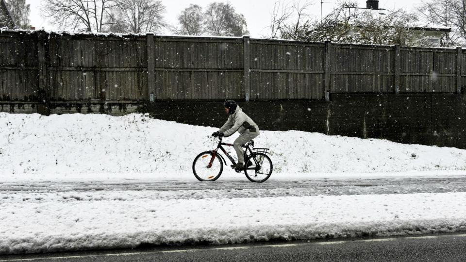 VINTERF�RE: Store deler av �stlandet ble overrasket av sn�v�r i dag. Spesielt i �stold har det sn�dd mye. Her fra Halden i formiddag. Foto: John T. Pedersen/Dagbladet