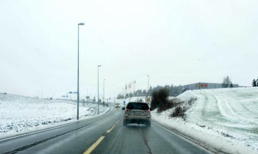 F� ULYKKER:  Vegvesenet ber folk tenke seg om f�r de setter seg bak rattet i dag, men tross sn�v�ret er det ikke meldt om stor ulykker. Foto: John T. Pedersen/Dagbladet