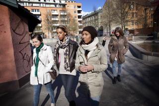 VIL HA GATA TILBAKE: M�dre og unge kvinner p� Gr�nland er lei av kriminalitet i nabolaget. N� vil de ta gata og lekeparkene tilbake. F.v.: Ivana Majic (21), Ina Helene Thorstensen (23), Ida Evita Thorstensen (21) og Mette Thorstensen (51). Foto: JON TERJE HELLGREN HANSEN/DAGBLADET