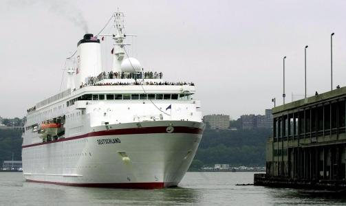 �MS DEUTSCHLAND�: Det brenner i maskinrommet p� det tysk-eide cruiseskipet �MS Detschland�, som n� ligger til kai ved Eidfjord i Hordaland. Bildet er fra et anl�p i New York i 2000. Foto: EPA PHOTO