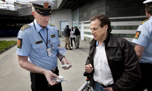 SLIK KAN VI IKKE HA DET: - Vi kan ikke la et lite mindretall definere hvor det skal v�re trygt � g� i byen, sier stasjonssjef p� Gr�nland politistasjon, K�re St�len (t.v.). Da Dagbladet m�tte ham sammen med Aps Jan B�hler (t.h.) var politiet i ferd med � arrestere en asyls�ker for narkotikasalg. Foto: HENNING LILLEG�RD/DAGBLADET
