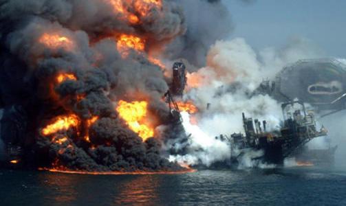 DRAMATIKK: Dramatiske bilder skaffet til veie av byr�et Associated Press (AP), viser timene f�r Deepwater Horizon sank. Foto: AP/SCANPIX