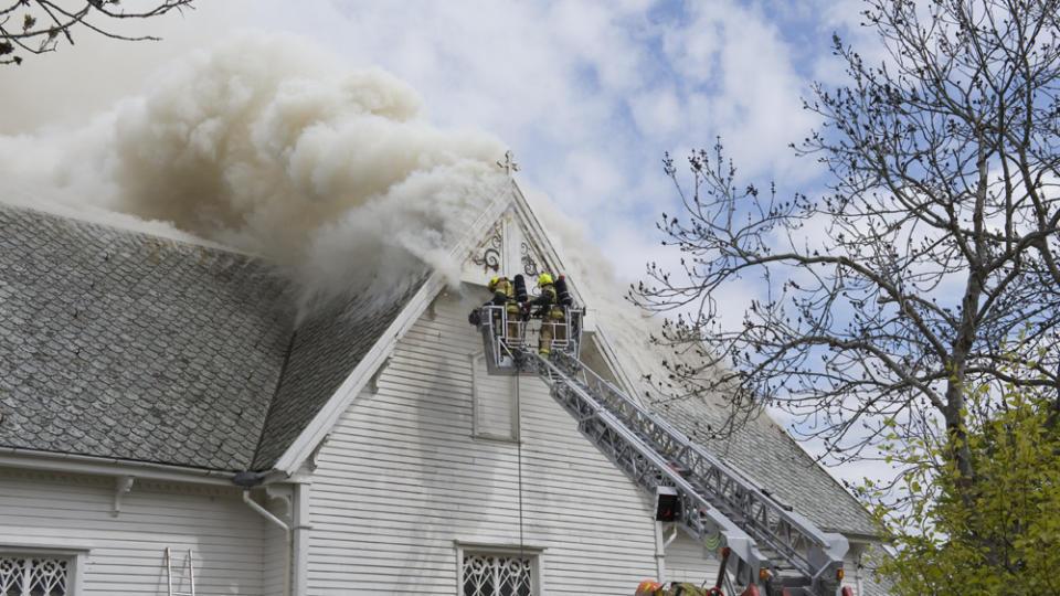 I BRANN: Brannmannskaper fors�ker � f� kontroll over brannen i Kopervik kirke p� Karm�y. Foto: Studio Eidesvik, Kopervik