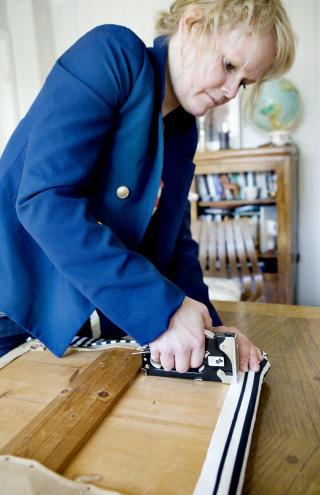 Selvgjort: Gjertrud Rye viser hvordan du enkelt kan skifte stoffet p� en stol som har blitt litt slitt.