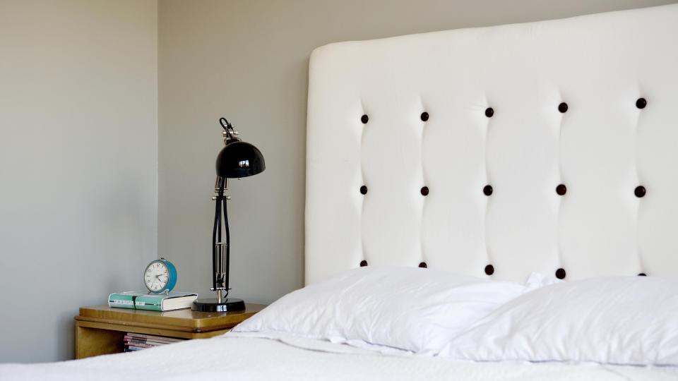 Unikt: Lager du din egen sengegavl, er du sikker p� at ingen andre har helt lik. Denne har Hanne Gundersen og Gjertrud Klev�s Rye laget. De spesialiserer seg p� redesign. Stadig flere finner glede i � lage ting selv. (Alle foto: Elisabeth Sperre Alnes)