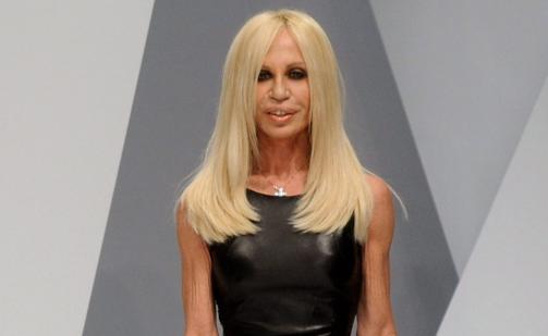 I SORG: Den italienske designeren Donatella Versace var en av de siste som s� Tom Nicon i live. Her under motevisningen Nicon skulle g�tt for Versace. Foto: SCANPIX