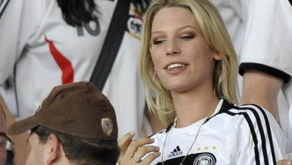 TYSKL GLAMOUR: Sarah Brandner f�lger kj�resten og Tyskland-stjernen Bastian Schweinsteiger tett fra tribunen. Forto: Martin Meissner / AP.