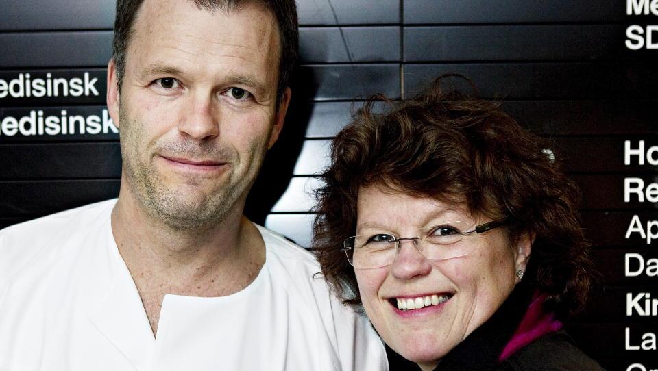 SKREV SAMMEN: Anne Holt og broren Even Holt har skrevet bok sammen. Her er de p� B�rum sykehus, hvor han jobber. Foto: Nina Hansen / Dagbladet