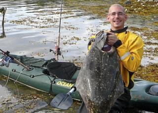 BIFANGST: Artikkelforfatteren med en helt ok kveite - tatt under steinbitfiske. Johan Svenson