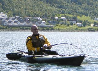 TØFF FIGHT: Johan Svenson kjører kveite som er dobbelt så tung som fiskebåten. Foto: Privat