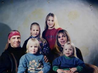 Barn ingen hindring: Hele familien hos fotografen i 1995.