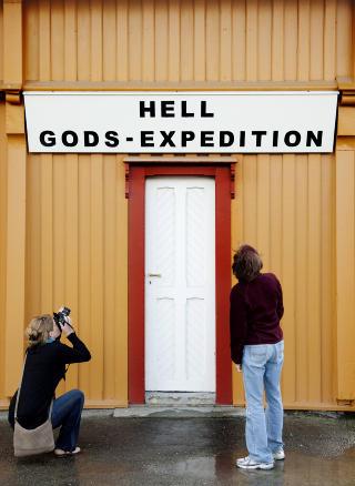 Hell-turister: Susan og Mark Krell og datteren Joanna fra Michigan har kommet for � ta bilde av skiltet p� Hell.  Foto: Agnete Brun / Dagbladet