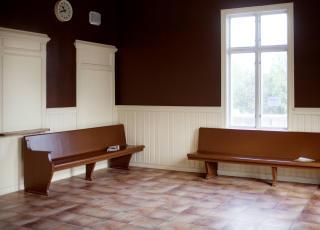 Tradisjonsrikt: Signaltelegrafen fra 1854 er fortsatt i bruk (bildet �verst). Og venterommet lukter historie. Foto: Agnete Brun / Dagbladet