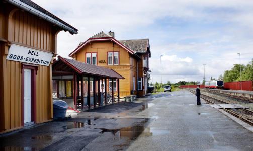 Hell stasjon i dag: Togekspedit�r p� Hell, John K�re R�ste, ser togene komme, han ser togene g�. Foto: Agnete Brun / Dagbladet
